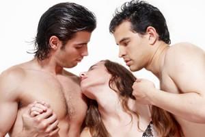 Два мужчины греют женщину