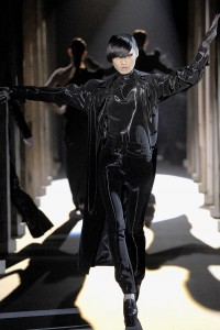 Мода в Париже Thierry Mugler Fall 2011 (Фото 5)