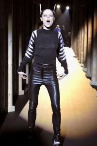 Мода в Париже Thierry Mugler Fall 2011 (Фото 23)