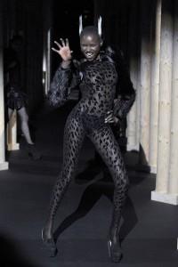 Мода в Париже Thierry Mugler Fall 2011 (Фото 28)