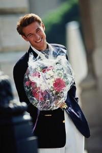 Мужчина дарит цветы на 8 марте