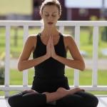 Занятие йогой и медитация