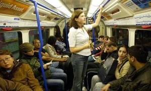 Мужчина не уступает место женщине в транспорте