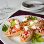 Салат из копченого лосося в ракушках