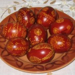 Окрашивание пасхальных яиц луковой шелухой
