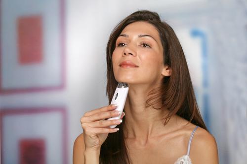 Выщипывание волос на лице