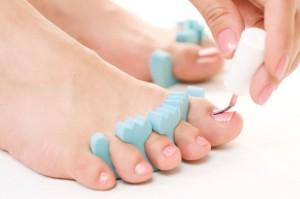 Нанесение лака на ногти ног