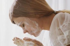 Умывание лица мылом