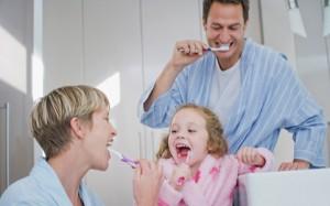 Когда  начинать чистить зубы ребёнку.