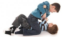 Ребенок бьет других детей, что делать